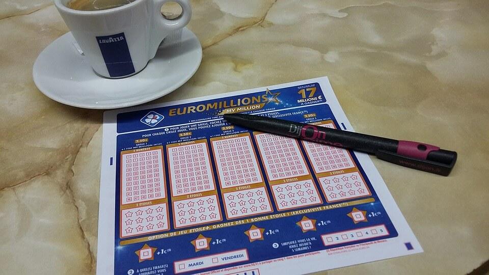 Fika och fylla i en lottorad